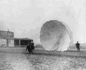 Captain Albert Berry is one of two people credited as the first person to make a successful parachute jump from a powered airplane (Albert Berry collapses his parachute on Kinloch Field at Jefferson Barracks, Missouri, after his jump on 1 March 1912) - foto: en.wikipedia.org