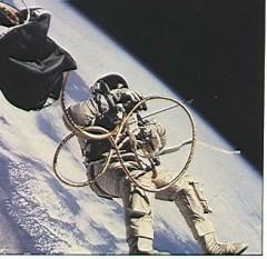 18 martie 1965: Cosmonautul sovietic lt. Alexei Leonov, iese pentru prima dată în afara unei nave spațiale (pentru 12 minute) - foto: cersipamantromanesc.wordpress.com