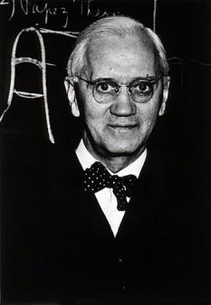 Sir Alexander Fleming (n. 6 august 1881 - d.11 martie 1955) a fost un bacteriolog scoțian, laureat al Premiului Nobel pentru Fiziologie și Medicină pe anul 1945 împreună cu Ernst Boris Chain și Sir Howard Walter Florey. În anul 1929 a descoperit penicilina produsă de mucegaiul Penicillium notatum. Cercetările au fost reluate în 1939 de un colectiv de la Oxford. În 1940, Fleming, doi biochimiști englezi - Ernest Boris Chain și Norman George Heatley - și un medic australian - Howard Walter Florey - au izolat și preparat în stare purificată și concentrată penicilina, una din marile realizări ale omenirii. A avut lucrări privind lizozimul ca element bacteriolitic prezent în țesuturi și secreții - foto: ro.wikipedia.org
