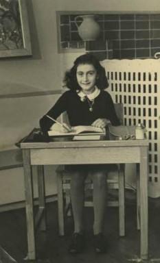 """Annelies Marie """"Anne"""" Frank (n. 12 iunie 1929, Frankfurt am Main, d. martie 1945, Bergen-Belsen, Germania) a fost o fată evreică germană, care și-a pierdut cetățenia germană în exilul olandez, și care a căzut victimă genocidului nazist din al Doilea Război Mondial. Este cunoscută datorită jurnalului pe care l-a ținut în ascunzătoarea din Amsterdam, înainte de a fi arestată. Jurnalul, publicat după război de către tatăl ei, care supraviețuise, este considerat un document istoric al holocaustului, autoarea devenind o figură-simbol a victimelor naziștilor - foto: ro.wikipedia.org"""