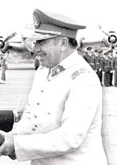Augusto José Ramón Pinochet Ugarte (n. 25 noiembrie 1915 – d. 10 decembrie 2006), cunoscut mai mult ca Augusto Pinochet, a fost un general și dictator chilian, care a îndeplinit funcția de Președinte al Republicii Chile între 1974 și 1990. A condus o juntă militară la putere printr-o lovitură de stat în anul 1973, prin înlăturarea președintelui ales în mod democratic Salvador Allende. A părăsit postul de președinte în anul 1990, după ce a pierdut un referendum național în anul 1988, dar a rămas pentru încă 8 ani comandantul suprem al armatei, iar după aceea a devenit senator pe viață, acțiuni care au îngreunat urmărirea sa în justiție pentru crimele comise în timpul dictaturii sale. Guvernul chilian estimează că peste 3.000 de oameni au fost uciși în intervalul de timp în care Pinochet s-a aflat la putere, printre aceștia numărându-se victime ale căror cadavre nu au fost găsite niciodată. Alte mii de oameni au fost torturați, arestați sau forțați să fugă în exil în timpul mandatului său - in imagine, Augusto Pinochet în 1975 - foto: ro.wikipedia.org
