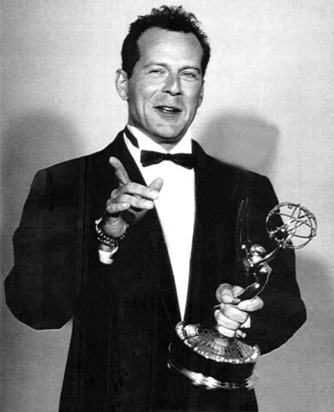 Walter Bruce Willis (n. 19 martie 1955, Idar-Oberstein, RFG), cunoscut mai mult ca Bruce Willis, este un actor, producător și cântăreț american - in imagine, Bruce Willis upon receiving an Emmy Award in 1987 for Best Actor in Moonlighting - foto: en.wikipedia.org