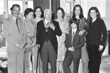 Sir Charlie Chaplin is back in his suite at the Savoy Hotel, after being knighted at the Palace, with his family. Behind him (l-r) His son-in-law Nick Sistovaris, daughters Annie and Josephine, wife Oona, son Christopher and daughters Geraldine and Jane. LUKEOTDI: Charlie Chaplin, the legend of silent film, became Sir Charles after a ceremony at Buckingham Palace. Chaplin starred in pictures such as The Kid and The Great Dictator, and was knighted in the New Year's Honours List. Date: 04/03/1975 - foto: flashbak.com