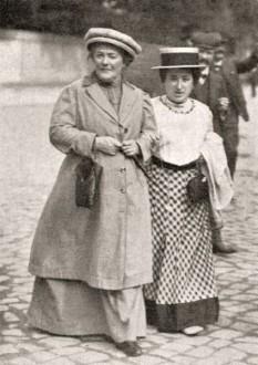 """Clara Zetkin (dr.) și buna ei prietenă, Rosa Luxemburg, """"moasele"""" comuniste ale Zilei Femeii - foto: cersipamantromanesc.wordpress.com"""