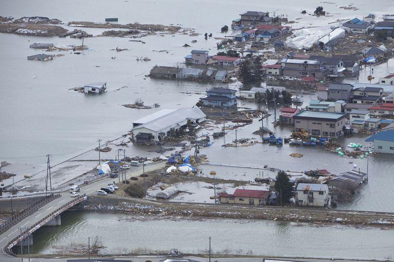 Cutremurul din Tōhoku din 11 martie 2011 a fost un seism de magnitudine 9,0 MW cu epicentrul în regiunea Tohoku din oceanul Pacific, în apropierea orașului japonez Sendai, aflat pe coasta de est a Japoniei. Cutremurul a provocat valuri tsunami ale Pacificului de până la zece metri în înălțime. Pe scara de intensitate seismică a Agenției Meteorologice a Japoniei (care nu măsoară energia declanșată de cutremur la epicentru, ci intensitatea mișcărilor tectonice într-un anumit loc) seismul a măsurat la cota de 7 (valoarea maximă a acestei scări) în anumite zone ale prefecturii Miyagi - foto: ro.wikipedia.org