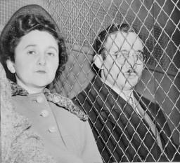 Ethel și Julius Rosenberg au fost condamnați la moarte sub acuzația de spionaj în favoarea Uniunii Sovietice, îndeosebi pentru furnizarea datelor secrete privind bomba atomică. Procesul Rosenberg a avut răsunet mare în anii 1950. Cazul Rosenberg continuă să fie controversat și astăzi. Sentința de condamnare la moarte a fost pronunțată la 5 aprilie 1951, iar execuția a avut loc la 19 iunie 1953 în închisoarea Sing-Sing din statul New York - foto: ro.wikipedia.org