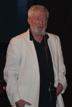 """Eusebiu Ștefănescu (n. 3 mai 1944, Câmpina - d. 15 martie 2015, București) a fost un actor de teatru și film, cunoscut recitator și autor român . A făcut un an de Filologie, dar a absolvit """"Actoria"""" la Institutul de Artă Teatrală și Cinematografică """"Ion Luca Caragiale"""" (IATC) din București, în 1967, la clasa profesorului Alexandru Finți. A debutat la Teatrul de Stat din Timișoara cu rolul Marga, din """"Pădurea spânzuraților"""" de Liviu Rebreanu, în regia Mariettei Sadova. A jucat apoi la Teatrul Municipal Ploiești, la Teatrul Mic și la Teatrul Național din București. Două roluri principale au fost """"Despot Vodă"""" din piesa lui Vasile Alecsandri și """"Ivanov"""" din piesa omonimă de Anton Cehov. În filme a jucat, din cauza aspectului fizic, mai mult roluri de nemți. Eusebiu Ștefănescu a fost căsătorit de două ori, are un fiu din prima căsătorie, flautistul Ion Bogdan Ștefănescu. A fost prieten cu poetul Nichita Stănescu, poezia lui preferată fiind """"Strigǎt de ferire"""" a acestuia, precum și """"Glossă"""" de Mihai Eminescu și """"Vino deseară, doamna mea"""" de George Stanca. Eusebiu Ștefănescu a fost el însuși poet - in imagine, Eusebiu Ștefănescu în 2010 Date personale - foto: ro.wikipedia.org"""