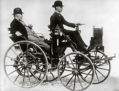 Gottlieb Daimler la volanul automobilului construit in 1886 - foto: cersipamantromanesc.wordpress.com