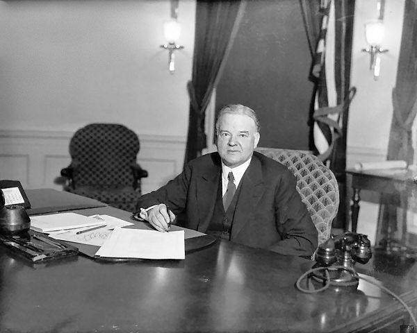 Herbert Hoover, pe numele său complet Herbert Clark Hoover, (n. 10 august 1874 - d. 20 octombrie 1964), cel de-al treizeci și unulea președinte al Statelor Unite ale Americii (1929 - 1933) a fost inginer minier, umanitarist și administrator plin de succes - in imagine, Herbert Hoover in Biroul Oval (1930) - foto: alfa-img.com