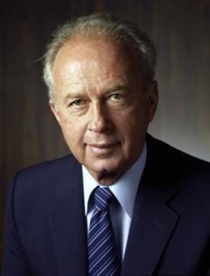 Ițhak Rabin (în ebraică יִצְחָק רַבִּין) n. 1 martie 1922 - d. 4 noiembrie 1995) a fost comandantul Statului Major al armatei israeliene în Războiul de șase zile (1964-1968), ambasadorul Israelului în Statele Unite, ministrul muncii, conducător al Partidului Muncii, ministrul apărării și de două ori prim-ministru israelian în perioadele 3 iunie 1974 - 20 iunie 1977 și 13 iulie 1992 - 4 noiembrie 1995. A fost asasinat de către un extremist evreu - foto: cersipamantromanesc.wordpress.com