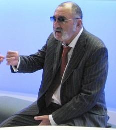 Ion Țiriac (n. 9 mai 1939, Brașov), este un fost jucător profesionist de tenis român, jucător de hochei, și actualmente un influent om de afaceri în Germania și România - foto: ro.wikipedia.org