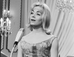 Isabelle Aubret (27 iulie 1938) este o cântăreață franceză care a câștigat concursul muzical Eurovision 1962 cu piesa Un premier amour (O primă iubire) - foto: pinterest.com
