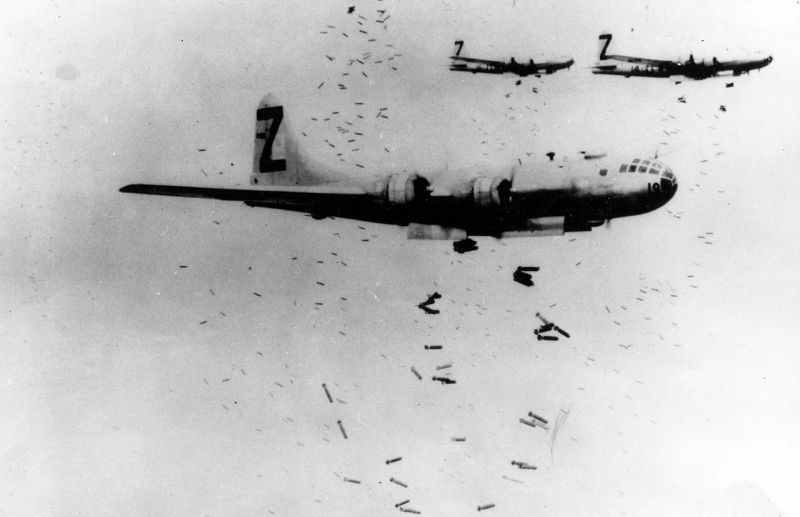 B-29 Superfortress bombers dropping incendiary bombs on Yokohama during May 1945 - foto: en.wikipedia.org