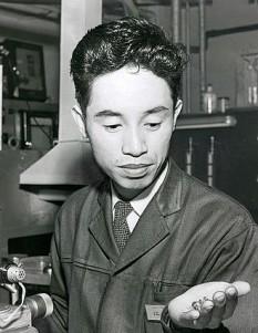 Leo Esaki, născut Leona Esaki (n. 12 martie 1925) este un fizician japonez, laureat al Premiului Nobel pentru Fizică în 1973 împreună cu Ivar Giaever și Brian David Josephson pentru descoperirea fenomenului de tunelare a electronilor. Este cunoscut pentru inventarea diodei Esaki, dispozitiv electronic care exploatează acest fenomen. Cercetările le-a efectuat la Tokio lucrând la compania Tsushin Kogyo (cunoscută astăzi sub numele de Sony) - foto: ro.wikipedia.org