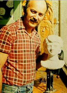 """Liviu Corneliu Babeș (n. 10 septembrie 1942 Brașov – d. 2 martie 1987 pe pârtia de schi Bradu din Poiana Brașov) a fost un electrician la Trustul de Prefaricate și un pictor amator talentat din Brașov. S-a autoincendiat la 2 martie 1987 pe pârtia de schi Bradu din Poiana Brașov în semn de protest față de regimul comunist din România - lăsînd în urma lui o pancartă cu un mesaj greu de înțeles pentru cei mai mulți: """"Stop Mörder! Brașov = Auschwitz"""" -  foto: ro.wikipedia.org"""