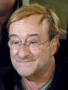 """Lucio Dalla, (4 martie 1943 – 1 martie 2012) a fost un actor, muzician și cantautor italian. De asemenea a cântat la clarinet și clape. Dalla a compus """"Caruso"""" (1986) , o melodie dedicată tenorului italian Enrico Caruso, care este cântată de mai mulți artiști internaționali cum ar fi: Luciano Pavarotti și Julio Iglesias. Versiunea cântată de Pavarotti s-a vândut în peste 9 milioane de copii, iar o altă versiune cântată de Andrea Bocelli, a fost inclusă pe primul său album internațional, Romanza, care s-a vândut în peste 20 de milioane de copii în toată lumea - foto: ro.wikipedia.org"""