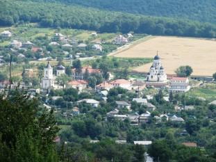 Mănăstirea Căpriana este una dintre cele mai vechi mănăstiri din Republica Moldova. Este situată în zona centrală a țării, la aproximativ 40 km nord-vest de Chișinău, în ținutul deluros împădurit care purta odată numele de Codrii Lăpușnei. Considerata de mulți istorici, ultimul bastion al arhitecturii voievodale din Republica Moldova, aparținând spațiului cultural românesc - foto: cersipamantromanesc.wordpress.com