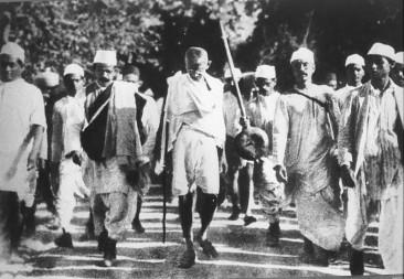 """12 martie 1930: Mahatma Gandhi conduce un marș de 200 de mile (350 km) spre litoral, cunoscut sub numele de """"Marșul Sării"""", pentru a protesta față de monopolul britanic pe sare - foto: ro.wikipedia.org"""