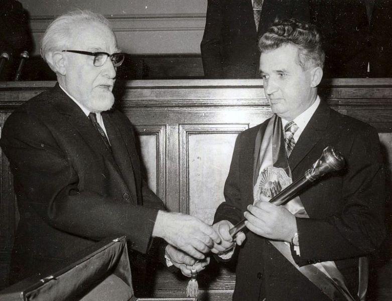 Ștefan Voitec, președintele Marii Adunări Naționale, înmânându-i lui Nicolae Ceaușescu sceptrul prezidențial (1974) - foto: Fototeca online a comunismului românesc, Cota 8/1966