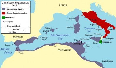 """Primul război punic (264-241 î.Hr.) a fost primul dintre Războaiele Punice care au avut loc între Roma și Cartagina. Timp de 23 de ani cele două puteri și-au disputat supremația în bazinul vestic al Mării Mediterane. Cartagina, aflată în Tunisia de azi, era cea mai puternică putere maritimă din vestul Mării Mediterane la începutul conflictului. De asemenea, Roma domina Peninsula Italică și își dorea victoria, dar era greu de obținut o victorie decisivă. Cele două state au avut trei războaie unul contra celuilalt, războaie care le-au marcat existența. Aceste războaie au fost numite Războaiele punice, după numele de """"puni"""" pe care romanii îl dădeau cartaginezilor - in imagine, Vestul Mării Mediterane, 264 î.Hr. Roma este indicată în roșu, Cartagina în gri și Siracuza în verde - foto: ro.wikipedia.org"""