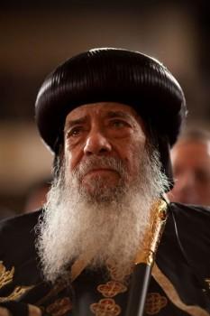 Sanctitatea Sa Papa Shenouda al III-lea de Alexandria (n. 3 august 1923 în Assiut - d. 17 martie 2012), numele său în limba arabă: بابا الإسكندرية شنودة الثالث , pronunțat Bābā al-Iskandarīyah Shinūdah at-Thālitha, a fost cap al Bisericii Copte Ortodoxe din Alexandria, cea mai importantă biserică creștină din Egipt având aderenți cca 90 % dintre creștinii egipteni (în jur de 11.000.000 de credincioși). Este cel de-al 117-lea Papă de Alexandria și Patriarh al Întregii Africi pe Sfântul Scaun Apostolic al Sfântului Marcu Evanghelistul (titlul complet), fiind înscăunat în 1971 - in imagine, Shenouda al III-lea, 2009 - foto: ro.wikipedia.org