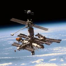 Mir (rusă Мир, însemnând Pace sau Lume) a fost o stație spațială sovietică moștenită după destrămarea URSS de Federația Rusă, în funcțiune pe o orbită terestră joasă între anii 1986 – 2001. Stația era de tip modular, având un număr de nouă componente. Mir a servit ca laborator de cercetare în microgravitație, în care echipajele au efectuat experimente de biologie, biologie umană, fizică, astronomie, meteorologie și aeronautică, în scopul de a dezvolta tehnologii necesare pentru ocuparea permanentă a spațiului. Ea a fost prima stație de cercetare din spațiu locuită constant, și a fost folosită de mai multe echipaje pe termen lung. Programul Mir a deținut recordul pentru cea mai îndelungată prezență umană neîntreruptă în spațiu, cu 3.644 de zile, până la 23 octombrie 2010 (când a fost depășit de Stația Spațială Internațională), și deține încă recordul pentru cel mai lung zbor spațial al unui om, cel al lui Valeri Poliakov, cu 437 de zile și 18 ore. Mir a fost ocupată în total timp de doisprezece ani și jumătate din cei cincisprezece ani ai săi de existență, având capacitatea de a susține un echipaj de trei persoane (și chiar mai multe pentru perioade scurte de timp) - in imagine, Mir în 26 septembrie 1996 văzută din naveta spațială Atlantis în timpul misiunii STS-79 - foto: ro.wikipedia.org