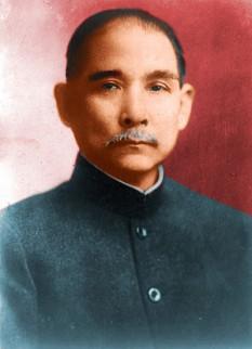 """Sun Iat-sen, ori Dr. Sun Iat-sen, (Sun Yat-sen, ori Dr. Sun Yat-sen, în variantele de transliterare bazate pe limba engleză), (n. 12 noiembrie 1866 – d. 12 martie 1925) a fost un conducător, medic, om politic și revoluționar chinez, despre care adesea se spune că ar fi fost """"tatăl Chinei moderne"""". Sun a jucat un rol esențial în detronarea dinastiei Qing din 1911, urmată de schimbările revoluționare care au condus la epoca modernă din istoria Chinei, cea republicană, atât în China continentală cât și în cea insulară. A fost primul președinte provizoriu al Republicii Chinei, la a cărei fondare din 1912 a participat direct. Mai târziu, a devenit co-fondator al Kuomintang-ului (KMT), căruia i-a servit ca întâi lider. Sun a fost o figură unificatoare în China post-imperială, fiind în același timp o personalitate politică unică a secolului al 20-lea din China întrucât a fost și este unanim apreciat atât China continentală cât și în Taiwan. Deși Sun este considerat una dintre cei mai mari lideri ai Chinei moderne, viața sa politică a fost mereu sub semnul luptei și al unui exil aproape continuu. După succesul revoluției chineze din anii 1911 - 1912, Sun a pierdut rapid controlul puterii în nou fondata Republică a Chinei, conducând după aceea multe guverne revoluționare în perioada care a urmat. Doctrina sa politică guvernează și astăzi China modernă - foto: ro.wikipedia.org"""