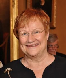Tarja Halonen (n. 24 decembrie 1943) este o politiciană finlandeză, care a fost al 11-lea președinte al Finlandei din 2000 până în 2012. Doamna Halonen a fost parlamentară (1984-2000), ministrul Afacerilor Sociale (1987-1990), ministrul Justiției (1990-1991), ministrul Cooperării Nordice (1989-1991) și ministrul Afacerilor Externe (1995-2000). Halonen este de profesie avocată. După ce a devenit președinte, s-a căsătorit cu Pentti Arajärvi - in imagine, Tarja Halonen în 2004 - foto: ro.wikipedia.org