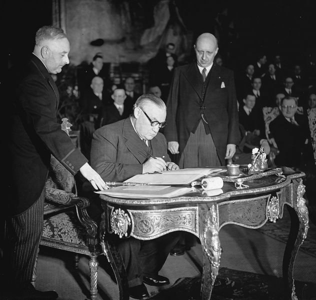 Bevin, signing the treaty (Treaty of Brussels - Treaty of Economic, Social and Cultural Collaboration and Collective Self-Defence- 17 March 1948) - foto:en.wikipedia.org