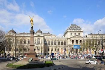 Universitatea din Viena (în germană Universität Wien, în latină Universitas Vindobonensis alias Alma mater Rudolphina) este o universitate fondată în anul 1365 de arhiducele Rudolf al IV-lea din dinastia de Habsburg. În ordinea vechimii este a doua universitate din spațiul de Sfântului Imperiu Roman, după Universitatea Carolină din Praga, fondată în 1348 de împăratul Carol al IV-lea din dinastia de Luxemburg. Clădirea principală este opera arhitectului Heinrich von Ferstel (1883) - in imagine, Clădirea principală a Universităţii din Viena, construită în 1883 - foto: ro.wikipedia.org