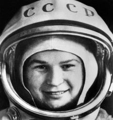 Valentina Tereșkova (n. 6 martie 1937, regiunea Iaroslavl) este o cosmonaută din Rusia, prima care a zburat în spațiul cosmic la 16 iunie 1963 cu nava Vostok 6. A fost parașutistă, făcând primul salt în 1959, când avea 22 ani. În 1963 a fost aleasă pentru zborul cosmic dintr-un grup de 5 femei, celelalte fiind Tatiana Kuznețova, Irina Solovieva, Jana Erkina și Valentina Ponomariova. Valentina Tereșkova a fost căsătorită cu astronautul sovietic Andrian Grigorievici Nikolaev (1929 - 2004) - foto: cersipamantromanesc.wordpress.com