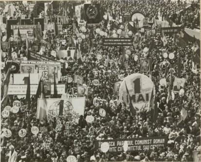 """1 Mai – Ziua Internațională a Muncii. Demonstraţia oamenilor muncii, cu ocazia zilei de 1 Mai în Bucureşti. (1 mai 1967). Sursa – """"Fototeca online a comunismului românesc"""", cota 188/1967"""