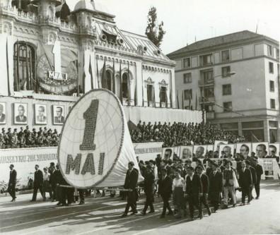 """1 Mai – Ziua Internațională a Muncii.  Aspecte de la demonstraţia oamenilor muncii, cu ocazia zilei de 1 Mai, la Craiova. (1 mai 1967). Sursa – """"Fototeca online a comunismului românesc"""", cota 184/1967"""