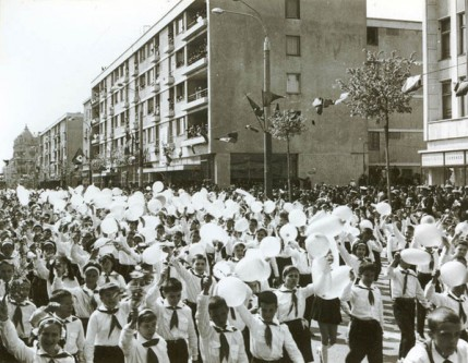 """1 Mai – Ziua Internațională a Muncii.  Aspecte de la demonstraţia oamenilor muncii, cu ocazia zilei de 1 Mai, la Constanţa. (1 mai 1967). Sursa – """"Fototeca online a comunismului românesc"""", cota 185/1967"""