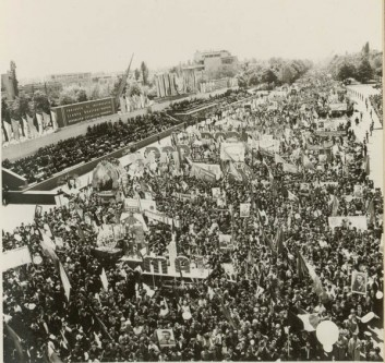 """1 Mai – Ziua Internațională a Muncii. Aspecte de la demonstraţia oamenilor muncii, cu ocazia zilei de 1 Mai în Bucureşti. (1 mai 1967). Sursa – """"Fototeca online a comunismului românesc"""", cota 189/1967"""