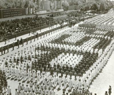 """1 Mai – Ziua Internațională a Muncii. Aspecte de la demonstraţia oamenilor muncii, cu ocazia zilei de 1 Mai în Bucureşti. (1 mai 1968). Sursa – """"Fototeca online a comunismului românesc"""", cota 98/1968"""
