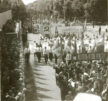 """1 Mai – Ziua Internațională a Muncii.  Aspecte din timpul demonstraţiei oamenilor muncii din Ploieşti, cu prilejul zilei de 1 mai. (1 mai 1968). Sursa – """"Fototeca online a comunismului românesc"""", cota 106/1968"""