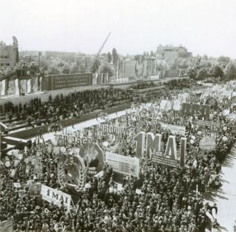 """1 Mai – Ziua Internațională a Muncii. Aspecte de la demonstraţia oamenilor muncii, cu ocazia zilei de 1 Mai în Bucureşti. (1 mai 1968). Sursa – """"Fototeca online a comunismului românesc"""", cota 100/1968"""