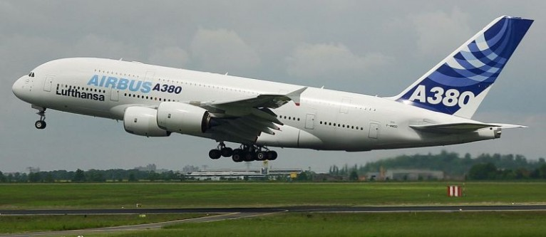 Airbus A380 este la ora actuală (anul 2015) cel mai mare avion de pasageri din lume aflat în producție de serie și primul avion de mare capacitate cu două punți complete pentru pasageri. Avionul este cvadrimotor și oferă zboruri de mare distanță, de până la 15.200 km. Fiecare punte are câte două culoare, avionul fiind certificat pentru operațiuni cu până la 880 pasageri (în mod tipic transportă numai 420 - 620 pasageri, în funcție de dorința companiei proprietare). Prima companie care a folosit acest model a fost Singapore Airlines - in imagine, Airbus A380 (Expozitia Internatională Aerospace 2006 în Schönefeld, Germania) -  foto: ro.wikipedia.org