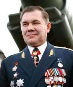 Aleksandr Ivanovici Lebed (n. 20 aprilie 1950 – d. 28 aprilie 2002) a fost un general și politician rus. Alexandr Lebed ajuns în prim-planul vieții publice din Rusia după tentativa de lovitură de stat din 1991, în timpul căreia un grup de conspiratori din vechea gardă comunistă conservatoare sovietică au încercat să-l răstoarne pe președintele Mihail Gorbaciov și să stopeze cursul reformelor inițiate de acesta din urmă. În momentul critic al crizei, comuniștii conservatori au dat ordin armatei să încercuiască Casa Albă, sediul Parlamentului Rusiei, generalului Lebed fiind însărcinat cu trimiterea tancurilor, dar el a refuzat să acționeze împotriva parlamentarilor și a lui Boris Elțin, președintele RSFS Ruse. Mai târziu, Lebed a fost avansat, devenind adjunct al comandantului VDV – trupelor de parașutiști, Pavel Gracev - foto: findagrave.com