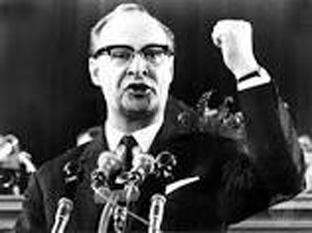 Alexander Dubček (27 noiembrie, 1921 – 7 noiembrie, 1992) a fost un politician slovac și lider, pentru scurtă vreme, al Cehoslovaciei (1968-1969), cunoscut pentru încercarea sa de a reforma regimul comunist (primăvara de la Praga) - foto: cersipamantromanesc.wordpress.com