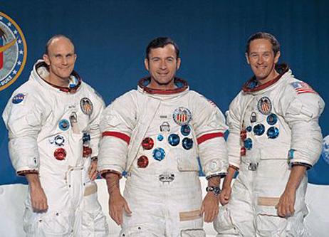 """""""Apollo 16"""" a fost a zecea misiune umană din programul Apollo, a cincea misiune care a aselenizat și prima misiune care a aselenizat într-una din zonele înalte ale Lunii. Ea a fost lansată la 16 aprilie 1972 și s-a încheiat la 27 aprilie. A fost o misiune de clasă J, cu rover lunar și a adus înapoi 94,7 kg de mostre de rocă și sol lunar. Misiunea a conținut trei EVA-uri pe Lună: una de 7,2 ore, alta de 7,4 ore și o a treia de 5,7 ore, precum și o activitate extravehiculară de 1,4 ore pe drumul dintre Lună și Pământ. Subsatelitul Apollo 16 a fost lansat din Modulul de Comandă și Serviciu în timp ce acesta se afla pe orbita Lunii. El a efectuat experimente de studiu al câmpurilor magnetice și ale particulelor solare. El a fost lansat la 24 aprilie 1972 la ora 21:56:09 UTC și a orbitat Luna timp de 34 de zile, și 425 de revoluții. În drum spre Lună, astronauții misiunii Apollo 16 au realizat mai multe fotografii ale Pământului, dintre care una prezintă America de Nord acoperită în porțiunea sa nordică de nori. În ciuda unei avarii a Modulului de Comandă, avarie care era să ducă la renunțarea la aselenizare, Apollo 16 a reușit să aselenizeze pe Terra Descartes la 21 aprilie - in imagine, Echipajul """"Apollo 16"""", de la stânga la dreapta: Mattingly, Young, Duke - foto: ro.wikipedia.org"""