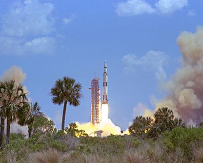 Rachetă Saturn V lansând misiunea Apollo 16 către Lună - foto: ro.wikipedia.org