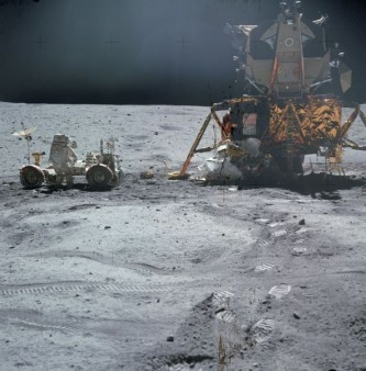 John Young lucrând la roverul lunar lângă modulul lunar Orion - foto: ro.wikipedia.org