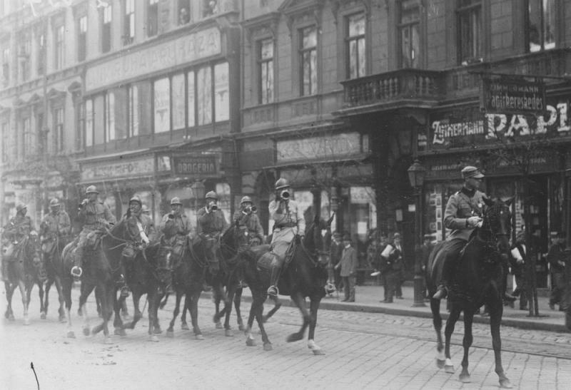 Cavaleristi romani pe strazile Budapestei - foto preluat de pe cersipamantromanesc.wordpress.com