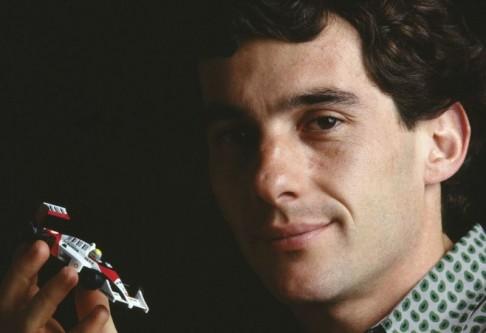 Ayrton Senna da Silva (n. 21 martie 1960; d. 1 mai 1994) a fost un pilot brazilian de Formula 1, triplu campion mondial în acest sport în 1988, 1990 și 1991, toate titlurile fiind câștigate cu McLaren și Honda. Pentru mulți dintre fanii Formulei 1, Ayrton Senna a fost cel mai mare pilot care a concurat vreodată în campionatul mondial. Alain Prost spunea despre Senna ca brazilianul conducea întotdeauna peste limită. Decesul său a survenit în urma unui accident produs în timpul Marelui Premiu al Republicii San Marino când mașina Williams Renault pe care o conducea devenise necontrolabilă în primul viraj al celui de-al șaptelea tur al cursei. A fost ultimul pilot care a decedat în timpul unei curse de Formula 1 - foto: en.wikipedia.org