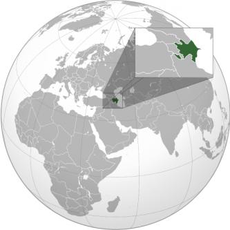 """Azerbaidjan, oficial Republica Azerbaidjan este cea mai mare țară din Caucaz, situată între Asia și Europa. Cuvântul """"Azerbaidjan"""" înseamnă """"Țara Focurilor"""" în limba veche. Vecinii Azerbaidjanului sunt Rusia la nord, Iranul la sud, Georgia, Armenia și Turcia la vest. La est este Marea Caspică. Pe litoralul Mării Caspice se află capitala Baku. Poporul azer face parte din familia națiunilor turcice. Majoritatea populației este de religie musulmană. Azerbaidjanul, o națiune în care majoritatea populației este formată din musulmani, este o republică laică și unitară. Azerbaidjan a fost prima încercare reușită de a stabili o republică democratică și seculară în lumea musulmană. Azerbaidjanul este unul dintre membrii fondatori ai GUAM, precum și ai Organizației pentru Interzicerea Armelor Chimice, iar în septembrie 1993 a aderat la Comunitatea Statelor Independente - foto: ro.wikipedia.org"""