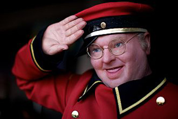 Benny Hill (n. Alfred Hawthorn Hill, 21 ianuarie 1924 - d. 20 aprilie 1992) a fost un cunoscut comic britanic, realizator de emisiuni de divertisment - foto: ro.wikipedia.org