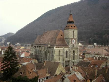 """Biserica Neagră (în germană Die Schwarze Kirche) este biserica parohială a comunității evanghelice luterane din Brașov, situată în centrul municipiului Brașov. Clădirea gotică a fost parțial avariată în incendiul din 1689, când zidurile ei s-au înegrit și a primit numele actual. Denumirea populară de după incendiu, """"Biserica Neagră"""", a fost acceptată oficial în secolul al XIX-lea. Biserica Neagră este unul dintre cele mai reprezentative monumente de arhitectură gotică din România, datând din secolele XIV-XV. Având o lungime de peste 89 de metri este considerată a fi cea mai mare biserică din România. Datorită mărimii ei, când a fost finalizată a primit titlul de Cea mai mare biserică dintre Viena și Constantinopol - foto: ro.wikipedia.org"""