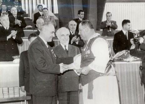Şedinţă PMR din martie 1962: Ştefan Voitec şi Gheorghe Gheorghiu-Dej acordă medalii cu ocazia terminării colectivizării - foto: ro.wikipedia.org